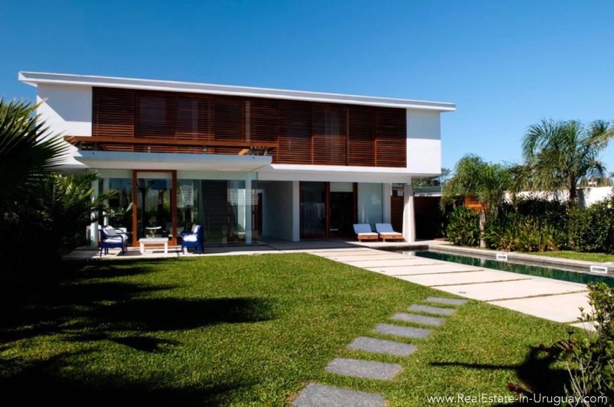 4557 modern designer house outside of house real for Modern house real estate